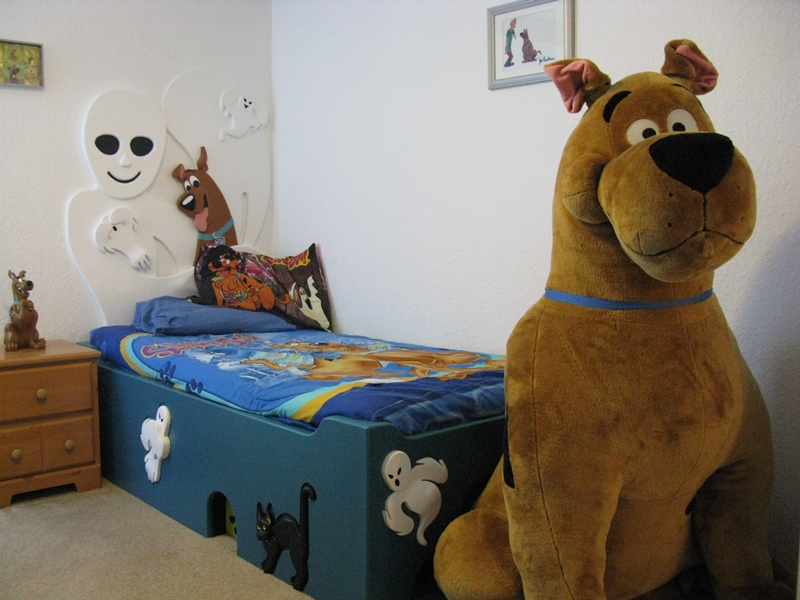 Scooby doo room with giant Sco