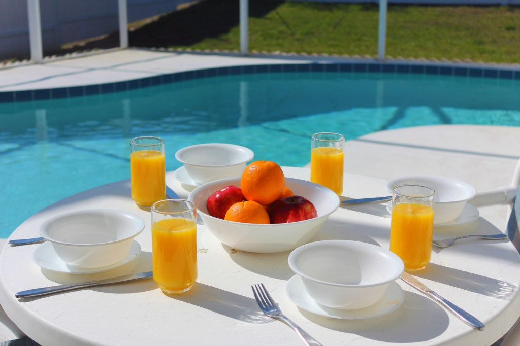 Eat alfresco at the pool side!