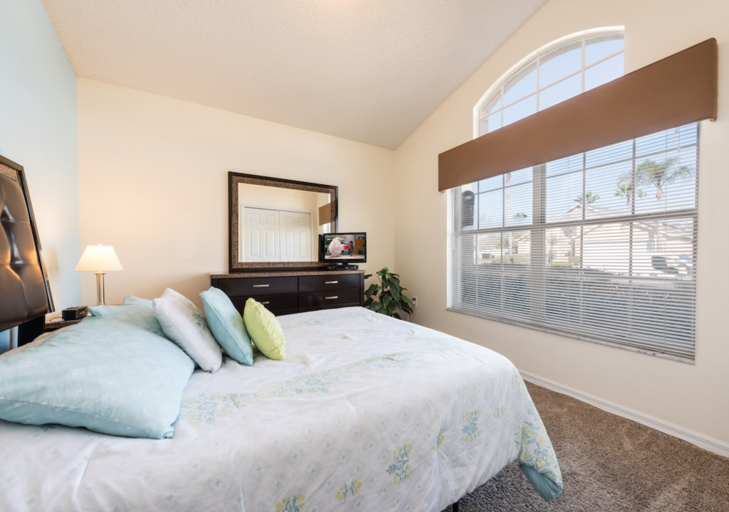 queen bed room by the enteranc